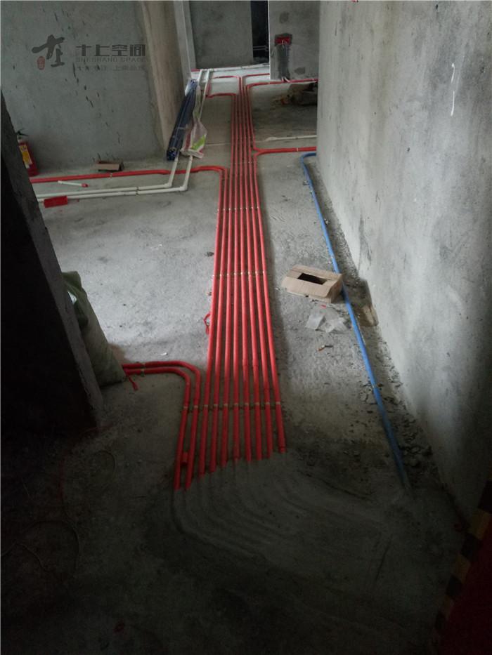 水电路布置,同时需要提前把中央空调安装到位,电工配合预留电线.
